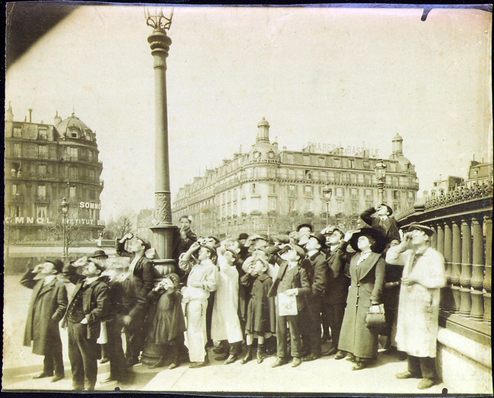 Eugène Atget, Sonnenfinsternis auf der Place de la Bastille, 1912