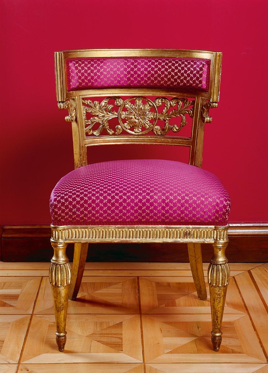 Im Roten Salon im Obergeschoss von Schloss Glienicke: die vergoldete Möbelgarnitur von Karl Friedrich Schinkel, um 1826/27