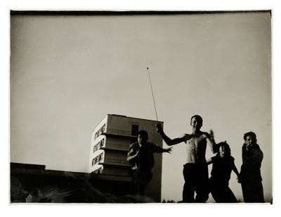 T. LUX FEININGER (1910–2011)  Bauhaussportplatz, 1928; Albert Mentzel, Georg Hartmann, Myriam Manuckiam (koko) und Naftalie Rubinstein auf dem Bauhaussportplatz, 1928;  Stiftung Bauhaus Dessau/Nachlass T. Lux Feininger, Reprofotografie: Daniel Niggemann