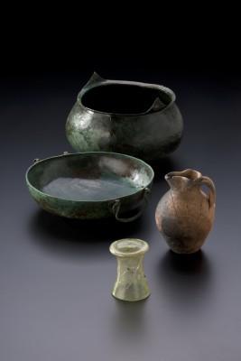 Fürstengrab von Gammertingen. Gefäße aus Bronze, Keramik und Glas. Sturzbecher. Bronzebecken. Kleeblattkanne © Hendrik Zwietasch, Landesmuseum Württemberg, Stuttgart