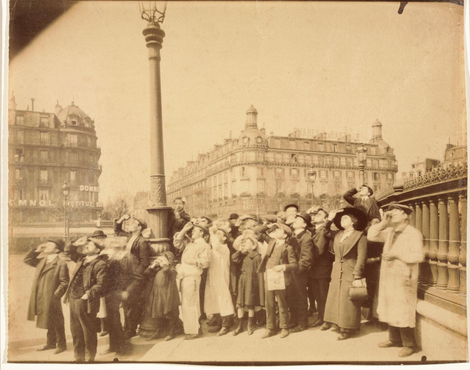 Eugène Atget, Sonnenfinsternis auf der Place de la Bastille, 1912, 18,1×22,6 cm (Ausschnitt)