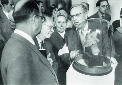 Besuch einer Regierungsdelegation der DDR in der Eremitage, wahrscheinlich 1958, DDR-Kulturminister Alexander Abusch bestaunt den Kopf der Nofretete.
