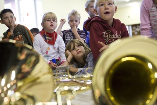 Erstklässler der Holte Grundschule aus Dortmund lernen verschiedene Blechblasinstrumente kennen.