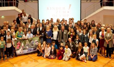 Die Preisträger des diesjährigen Wettbewerbs mit Bundespräsident Joachim Gauck bei der Preisverleihung von Kinder zum Olymp! © Kinder zum Olymp!/Foto: Stefan Gloede