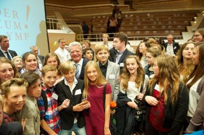 Bundespräsident Joachim Gauck umringt von Schülern bei der zehnten Kinder zum Olymp!-Preisverleihung © Kinder zum Olymp!/Foto: Stefan Gloede