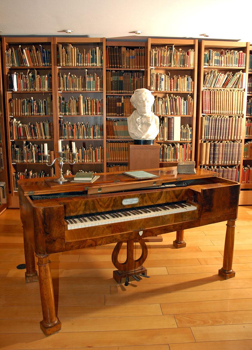 Blick in die Bibliothek des Eisenacher Fritz- Reuter- und Richard-Wagner-Museums mit der Oesterlein-Sammlung