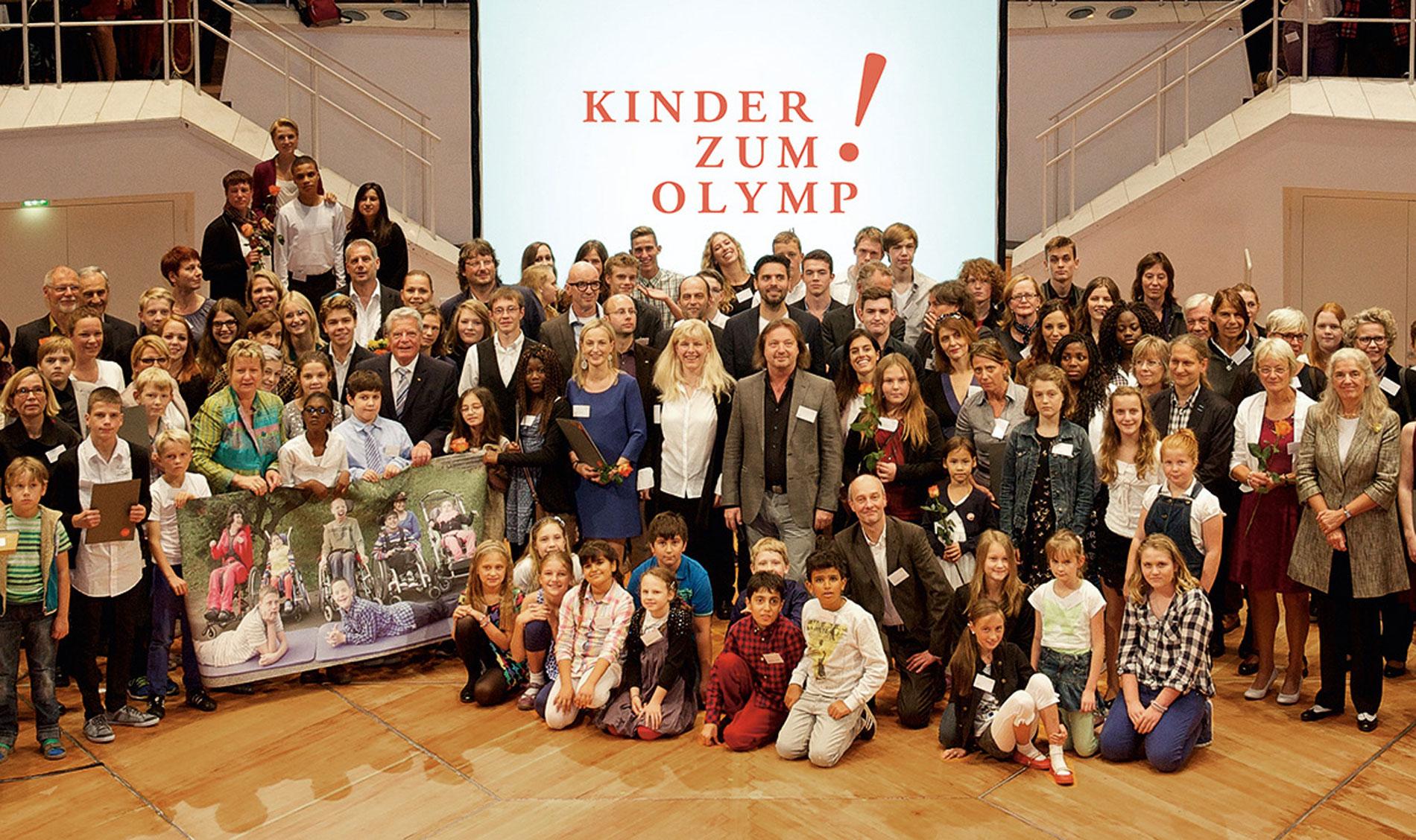 Die Preisträger des diesjährigen Wettbewerbs mit Bundespräsident Joachim Gauck auf der Preisverleihung von Kinder zum Olymp! © Kinder zum Olymp!/Foto: Stefan Gloede