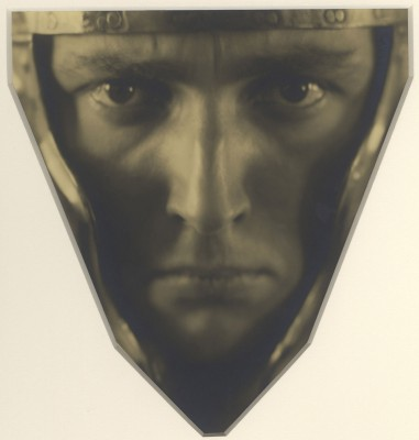 Rudolf Koppitz, Kopf eines Mannes mit Helm, um 1929, 49,8 × 48,4 cm; Städel Museum, Frankfurt a. M., Schenkung von Annette und Rudolf Kicken 2013