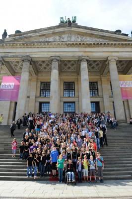 Die Gewinner des 8. bundesweiten Wettbewerbs von Kinder zum Olymp! vor dem Berliner Konzerthaus Foto: Stefan Gloede