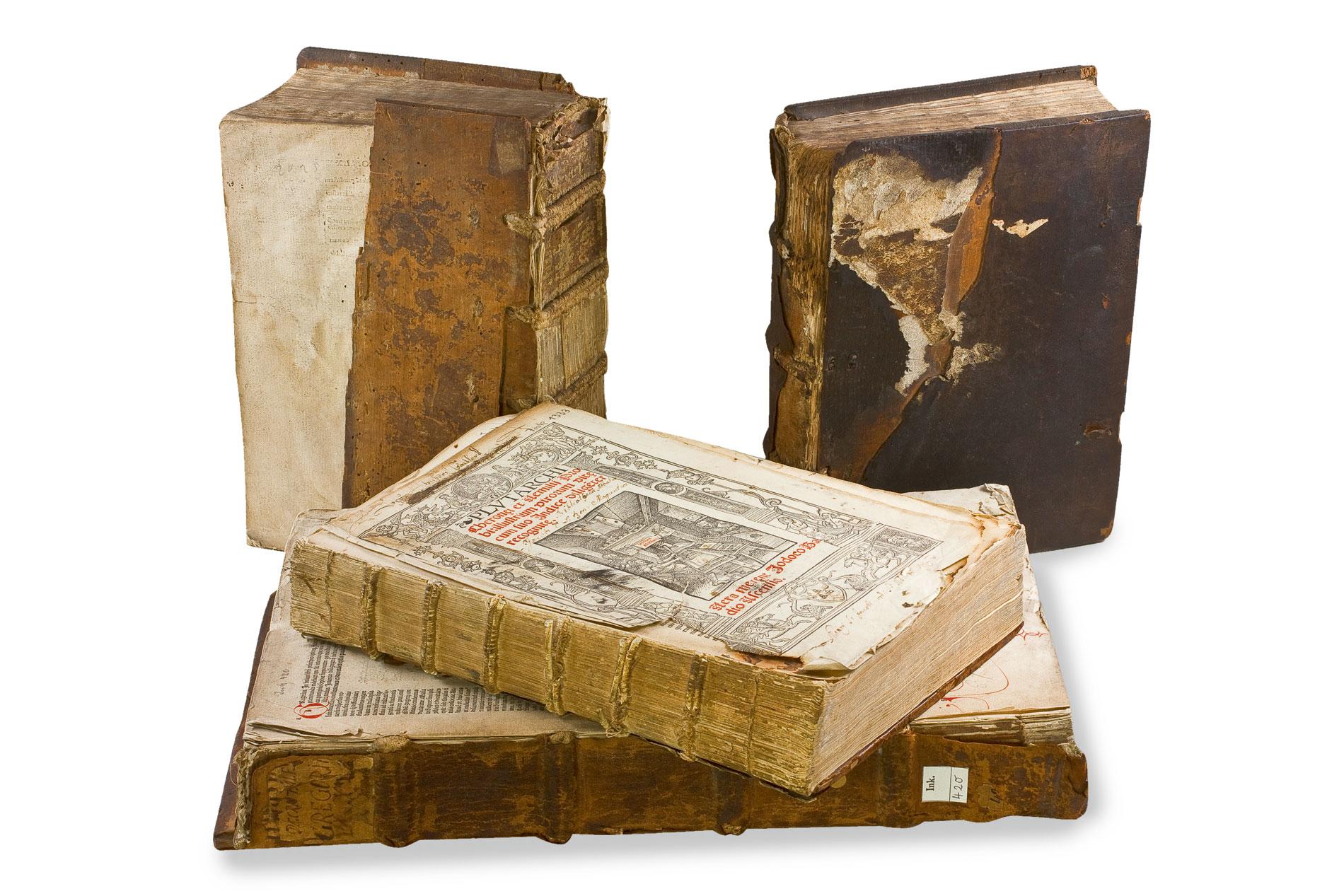 Die am stärksten beschädigten Bände des Jakobsklosters. Das Titelblatt des querliegenden Bandes zeigt eine Druckwerkstatt
