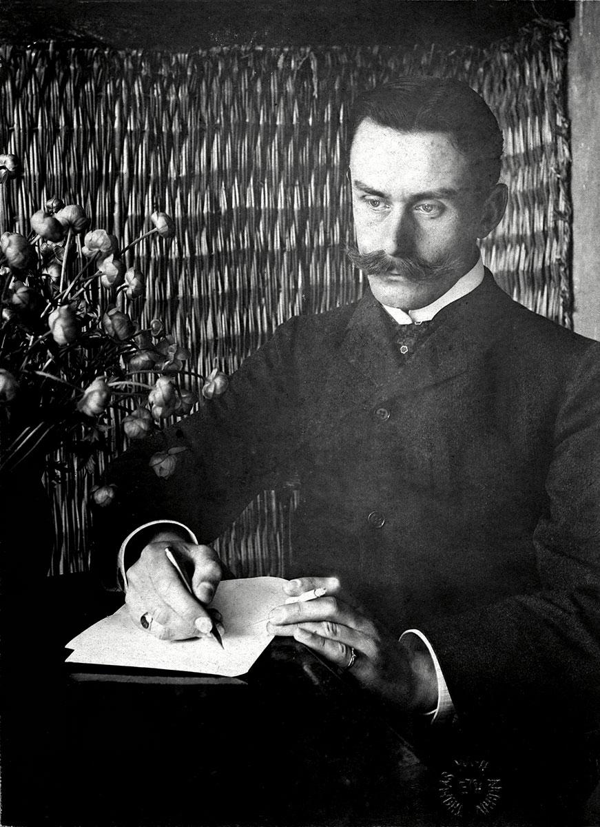 Der Schriftsteller Thomas Mann mit Füllfederhalter und Zigarette, aufgenommen um 1900 in München