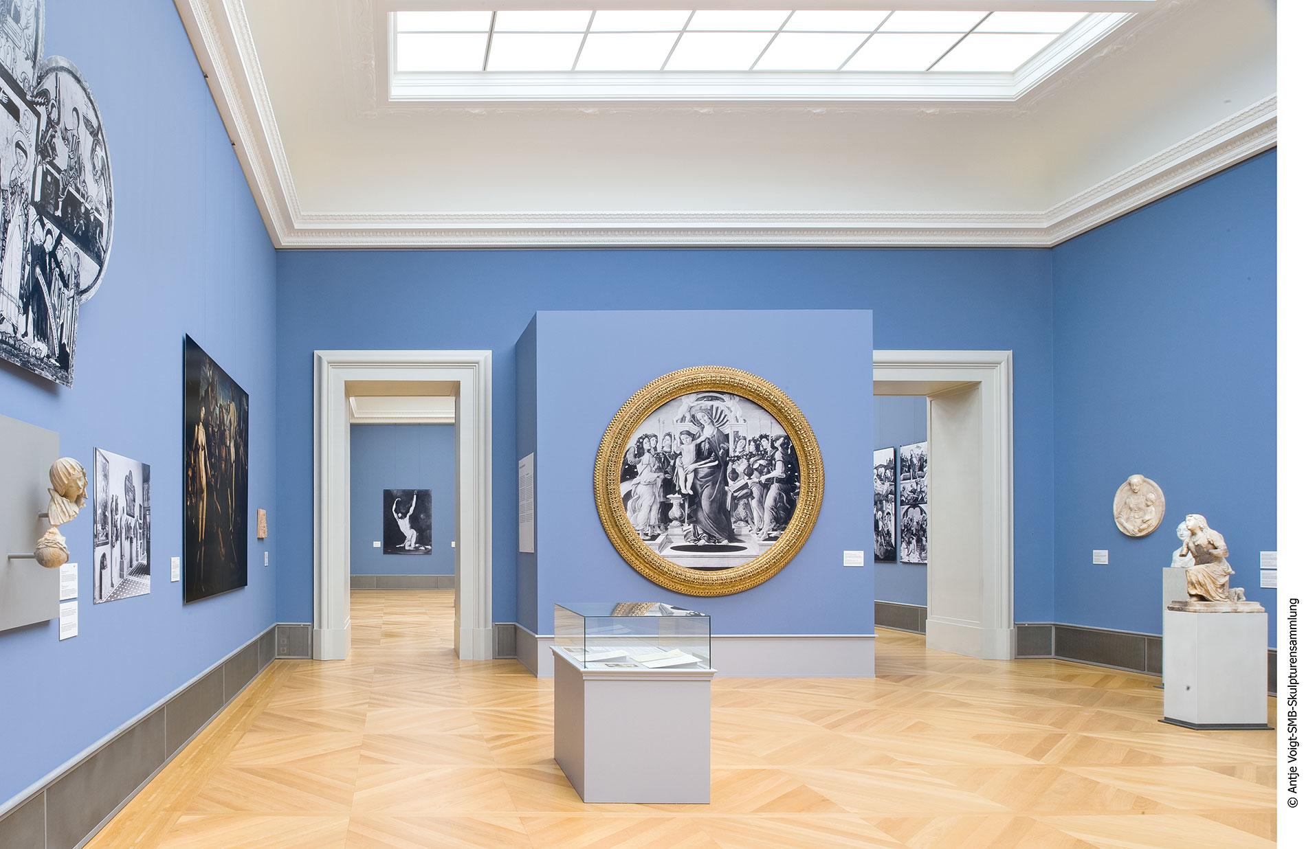 """In der Ausstellung des Bode-Museums: in der Mitte eine Fotoreproduktion von Sandro Botticellis verlorenem Tondo """"Maria mit dem Kind und Leuchter tragenden Engeln"""" im Originalrahmen, um 1485–90"""