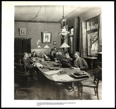Lesesaal der Musikbibliothek Peters in der Königstraße (heute Goldschmidtstraße) Ecke Thalstraße, am Aufsichtspult der leitende Bibliothekar Rudolf Schwartz, um 1910; Stadtbibliothek Leipzig