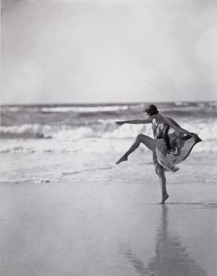 Arnold Genthe, Anna Duncan am Strand von Long Island, New York, 1919, 20×28 cm; Deutsches Tanzarchiv Köln