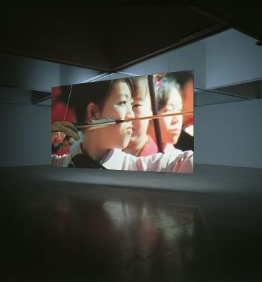 Fiona Tan, Saint Sebastian, 2001, Videoinstallation; Sammlung Goetz, München. Ausstellungsansicht aus der Tate Modern in London, 2005