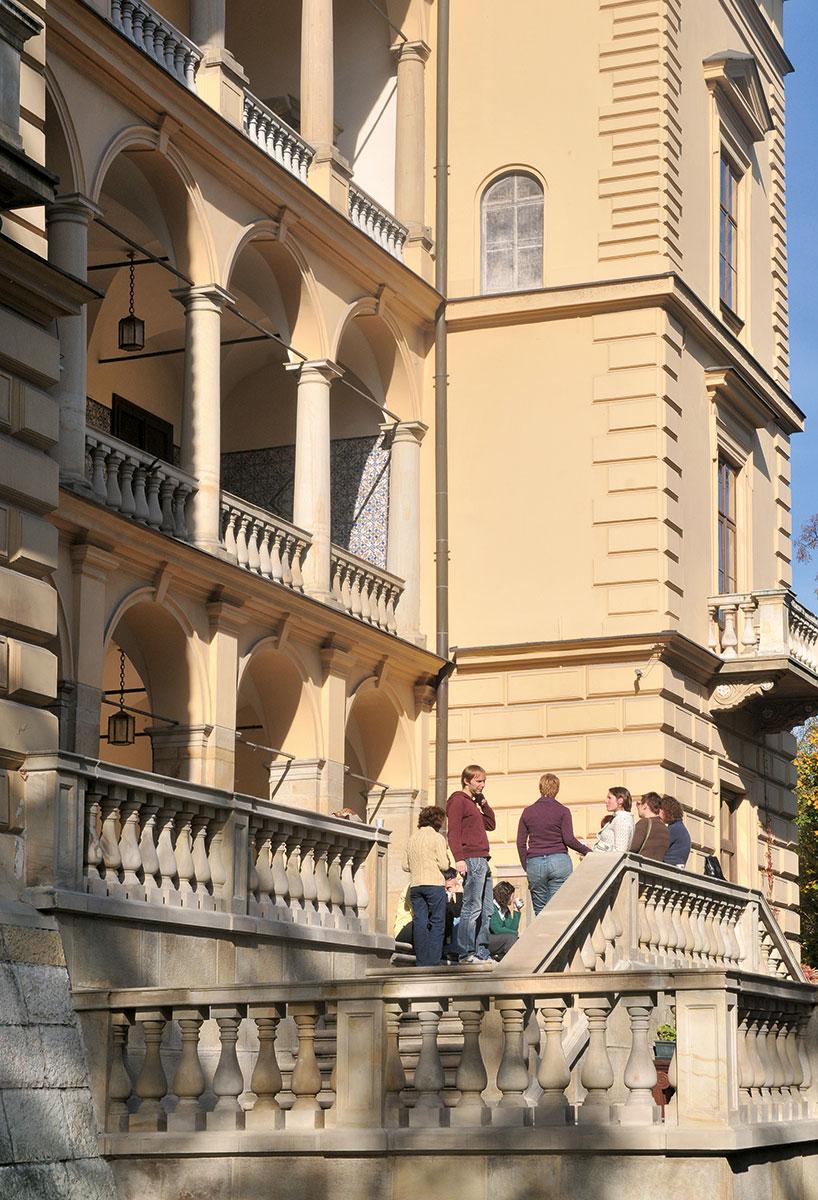 """Die Villa Decius in Krakau – Ein privater Mäzen hatte dies seit 1997 möglich gemacht. Sieben ganze Worte hatten ihm gereicht, um seine Ziele kurz und klar zu formulieren: """"internationale und interkulturelle Förderung junger Künstler"""", kurzum """"Völkerverständigung"""". Was aber alles steckt dahinter!"""