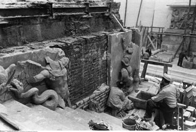 Aufbau des Pergamonaltars im Pergamonmuseum vor der Wiedereröffnung im Oktober 1959; Stiftung Preußischer Kulturbesitz, Berlin