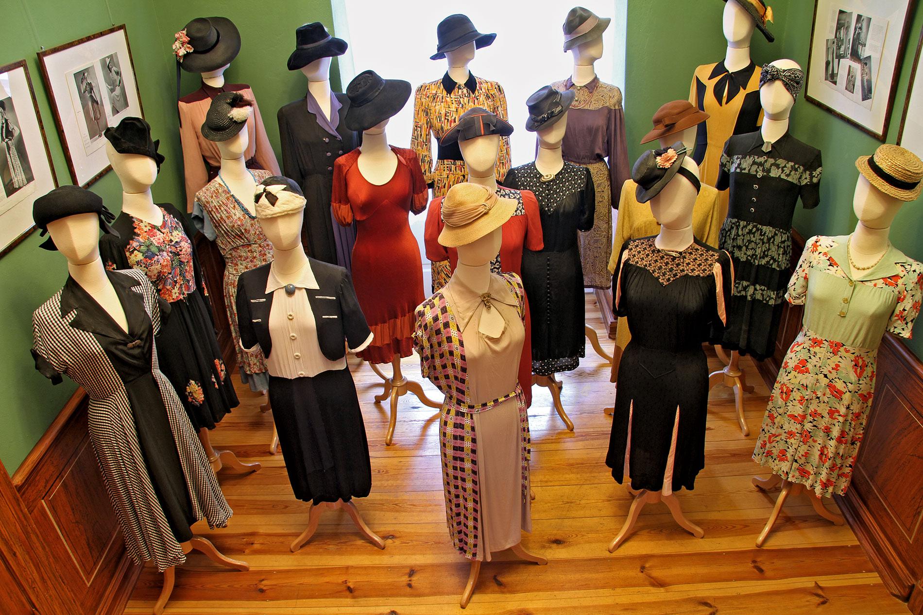 Blick in die historische Kleiderausstellung mit Accessoires, um 1946–1947; Modemuseum Schloss Meyenburg