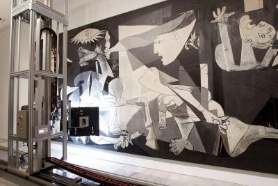 """Der Scan-Roboter """"Pablito"""" untersucht die innere Struktur von Pablo Picassos 1937 entstandenem Gemälde """"Guernica"""", 2012; Museo Reina Sofía, Madrid"""