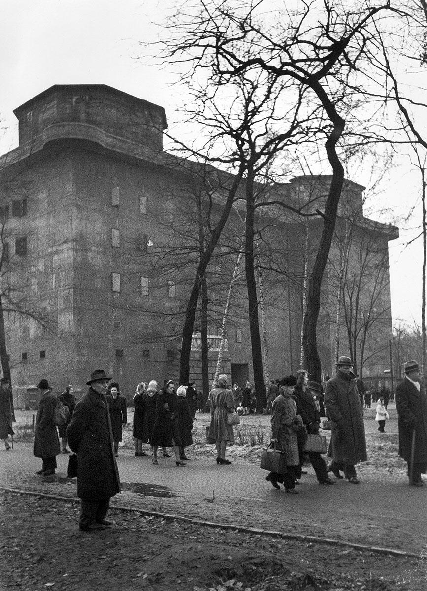 """Schutzsuchende Berliner verlassen den großen Zoobunker nach der Entwarnung, Frühjahr 1945 Für die Bergung der in Ihrem Besitz befindlichen Kunstwerke ist die Preussische Akademie der Künste selbst verantwortlich. In Anbetracht der derzeitigen Luftlage empfehle ich größte Beschleunigung."""""""