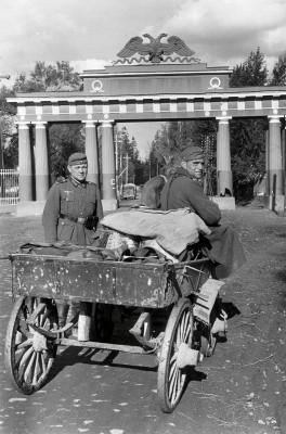 Hanns Hubmann, Deutsche Soldaten mit einem Panjewagen im Park von Schloss Pawlowsk bei St. Petersburg, Herbst 1941