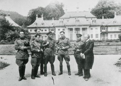 Mitglieder einer Trophäenbrigade der Roten Armee vor Schloss Pillnitz, einem zentralen Sammellager für Kunstwerke, Juli 1945