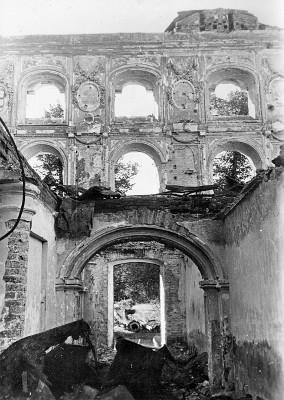 Ruine des ausgebrannten Schlosses Peterhof bei St. Petersburg, 1942