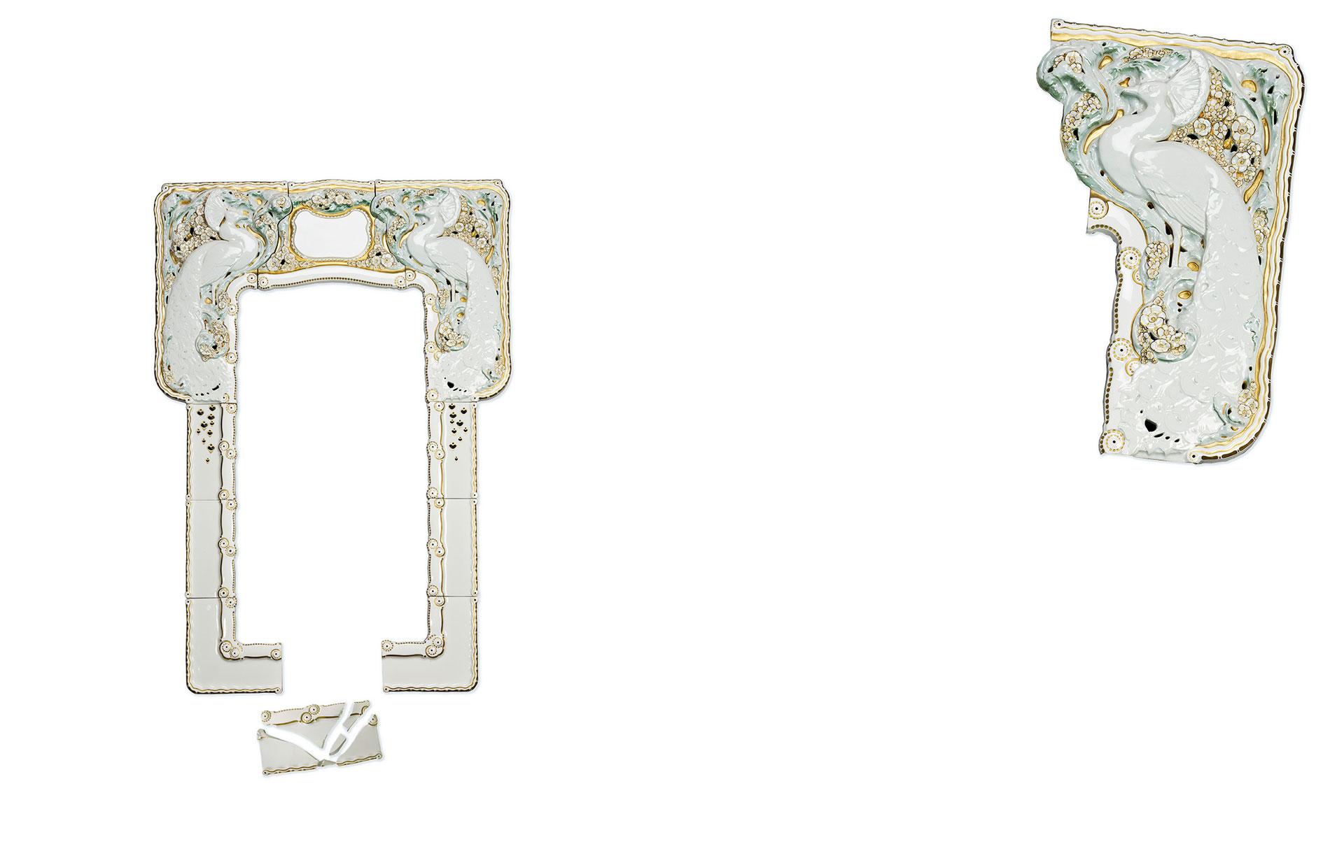 Spiegelrahmen mit Pfauen, Entwurf Alfred Kamp, 1909, Ausführung Königliche Porzellan-Manufaktur Berlin, 1910, Porzellan mit Unterglasurbemalung und Vergoldung, 143×100 cm; Bröhan-Museum, Berlin