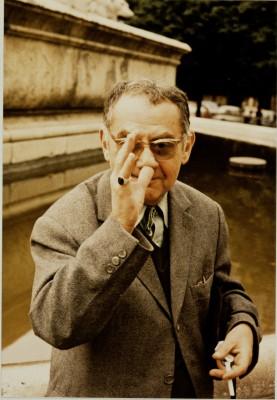 Man Ray Portrait vor Brunnenanlage, L. Fritz Gruber, Paris 1960 © Renate Gruber, Köln