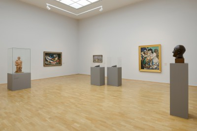 Max Beckmann-Saal der Hamburger Kunsthalle mit der Skulptur 'Adam und Eva', 1936 (ganz links) © VG Bild-Kunst, 2014; Hamburger Kunsthalle, Foto: Kay Riechers