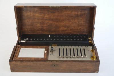 Rechenmaschine mit Schaltklinkenprinzip des Wiener Uhrmachers Friedrich Weiss, 1893