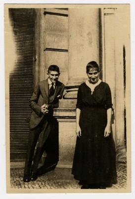 Franz Kafka mit seiner Schwester Ottla vor dem Oppelt-Haus in Prag, um 1914 Foto: DLA Marbach