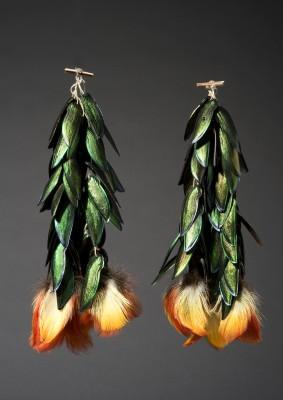 Aguaruna, Ohrschmuck. Käferflügeldecken von Eucroma, Tukanfedern, Pflanzenfaserschnur © Staatliches Museum für Völkerkunde München; Foto: M. Weidner