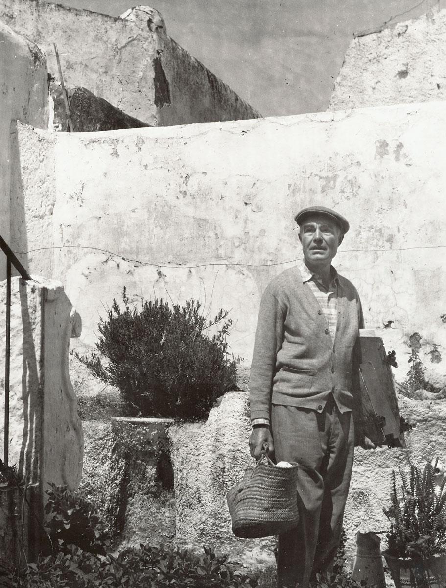Eduard Bargheer vor alten Mauern in Forio, um 1958, Fotografie von Agathe Bunz; Eduard Bargheer-Haus, Hamburg