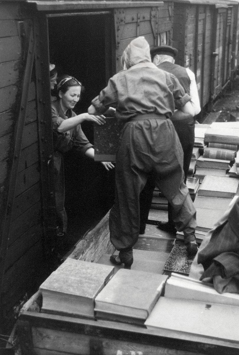 Auslagerung von Beständen der Preußischen Staatsbibliothek Berlin: Mitarbeiter beim Verladen von Büchern in einen Waggon auf dem Anhalter Güterbahnhof, 1943