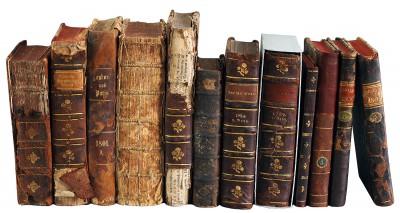 Einige der aus Georgien zurückgekehrten Bücher; (rechts) Exemplare nach der Restaurierung