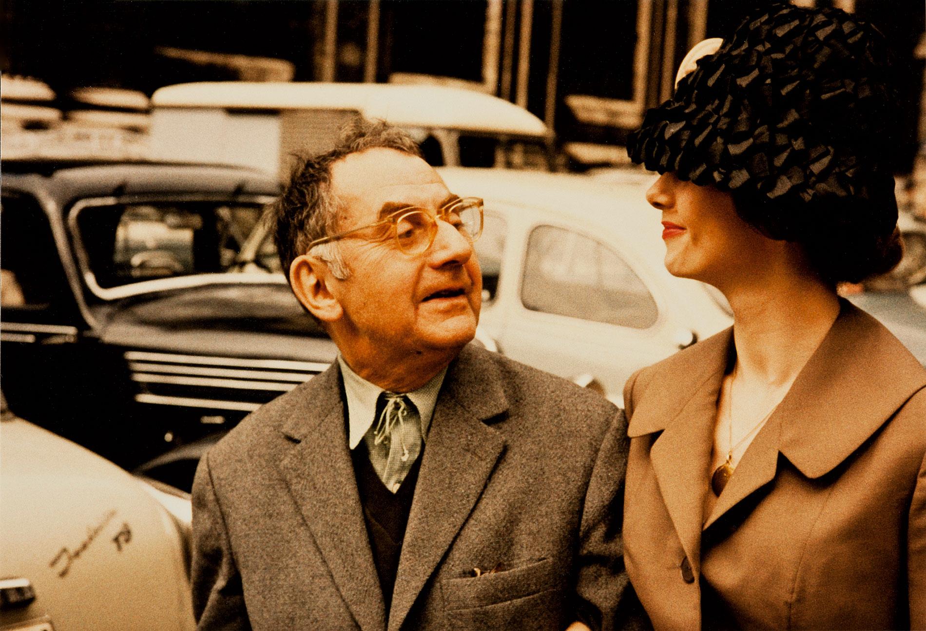 Man Ray und Renate Gruber mit Hut, fotografiert von L. Fritz Gruber, Paris im Sommer 1960; Museum Ludwig, Köln