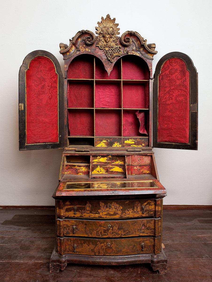 Dresdener Schreibschrank, rot lackiert mit Chinoiserien, um 1730; Kulturstiftung Dessau-Wörlitz
