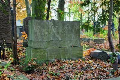 Das Grabmal Laura Perls (Entwurf Ludwig Mies van der Rohe) Bitte Nutzungsrechte klären bei Fotografin Daniela Friebel, Mobil + 49 174 329 1303, Mail post@danielafriebel.de