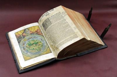 Lutherbibel, Wittenberg 1541, Holzschnitte von Lucas Cranach d.Ä. (1472-1553) hier: Beginn der Schöpfungserzählung mit einem handkolorierten Holzschnitt. Foto: Peter Grewer