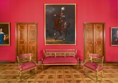 Im Roten Salon im Obergeschoss von Schloss Glienicke: die vergoldete Möbelgarnitur von Karl Friedrich Schinkel, um 1826/27 Foto: SPSG/Wolfgang Pfauder