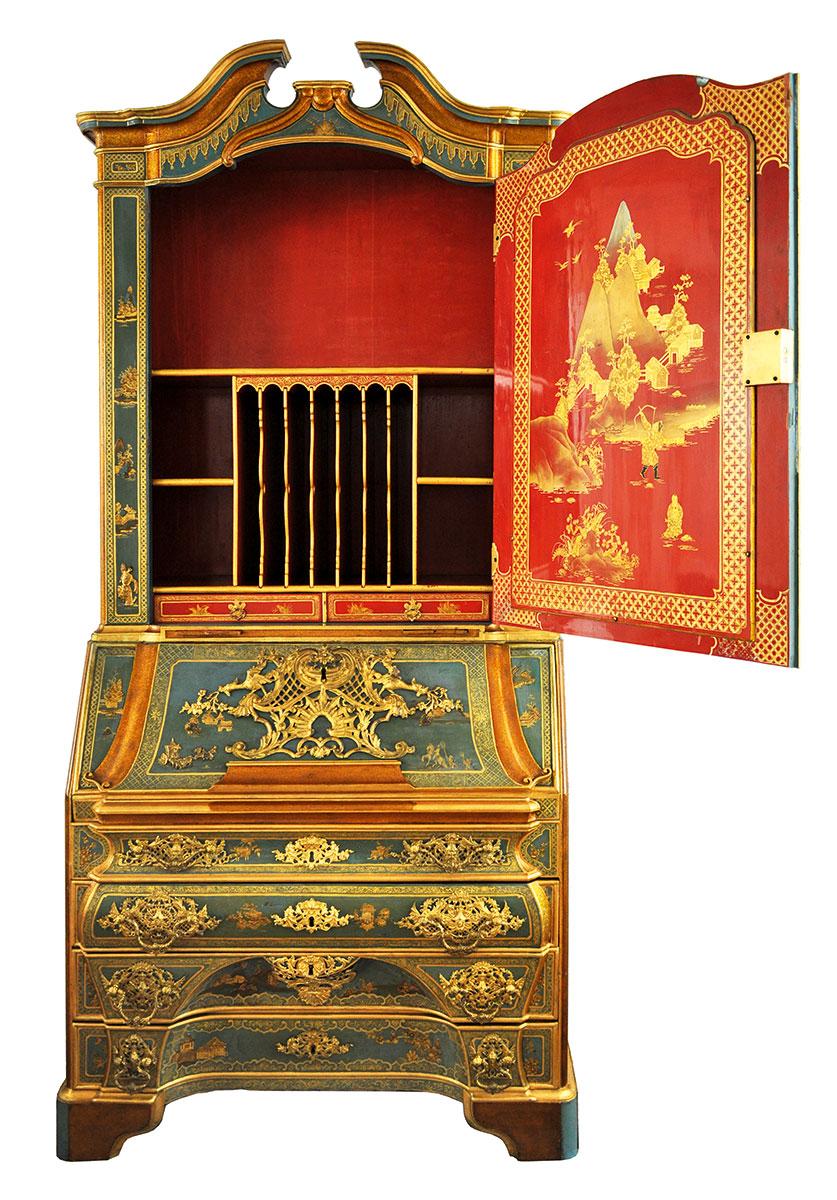 Der Schreibschrank stammt aus einer unbekannten Tischlerwerkstatt, die Lackmalereien werden Christian Reinow zugeschrieben, kurz vor 1749, 234 × 112 × 54 cm; Kunstgewerbemuseum, Staatliche Kunstsammlung Dresden