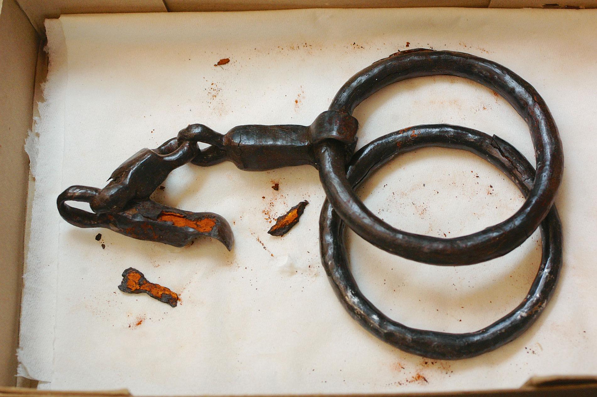 Von innen verrostete und durch Korrosion aufgeplatzte Eisentrense eines Maultiers, 9 n. Chr. Die Bearbeitung mit einer Entsalzungsmaschine könnte die weitere Zerstörung verhindern