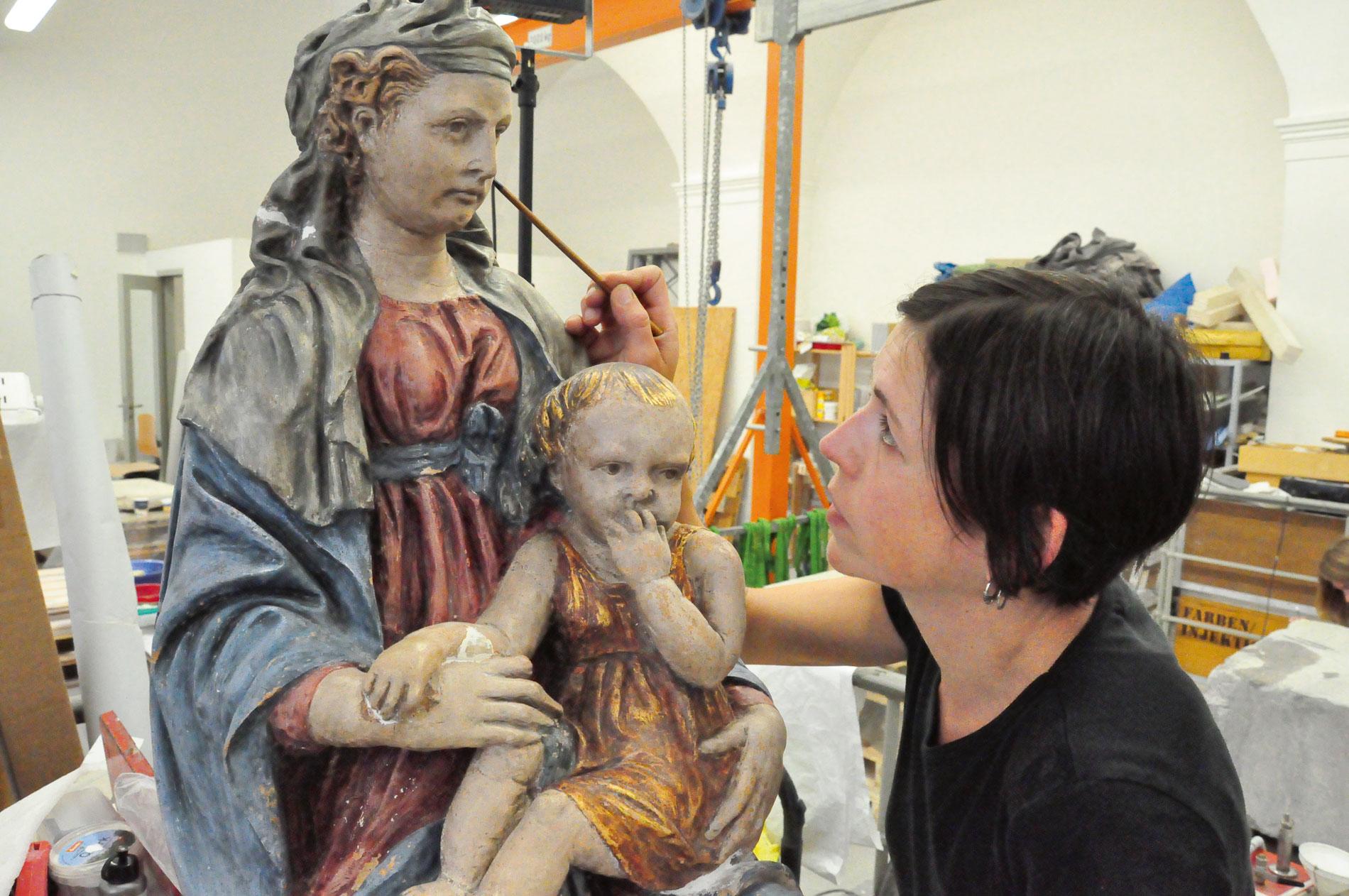In der Restaurierungswerkstatt arbeitet Restauratorin Katarina Haug an der Madonna