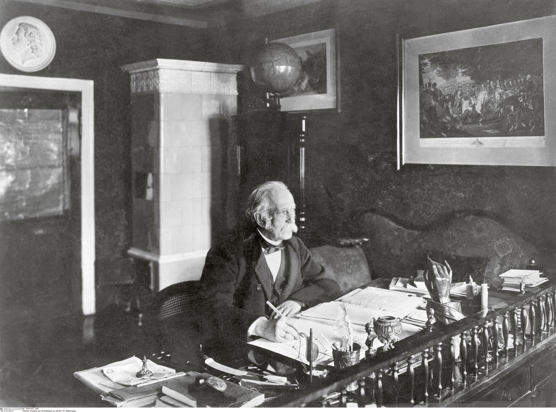 Theodor Fontane an seinem Schreibtisch in Berlin am 30.12.1894, seinem 75. Geburtstag