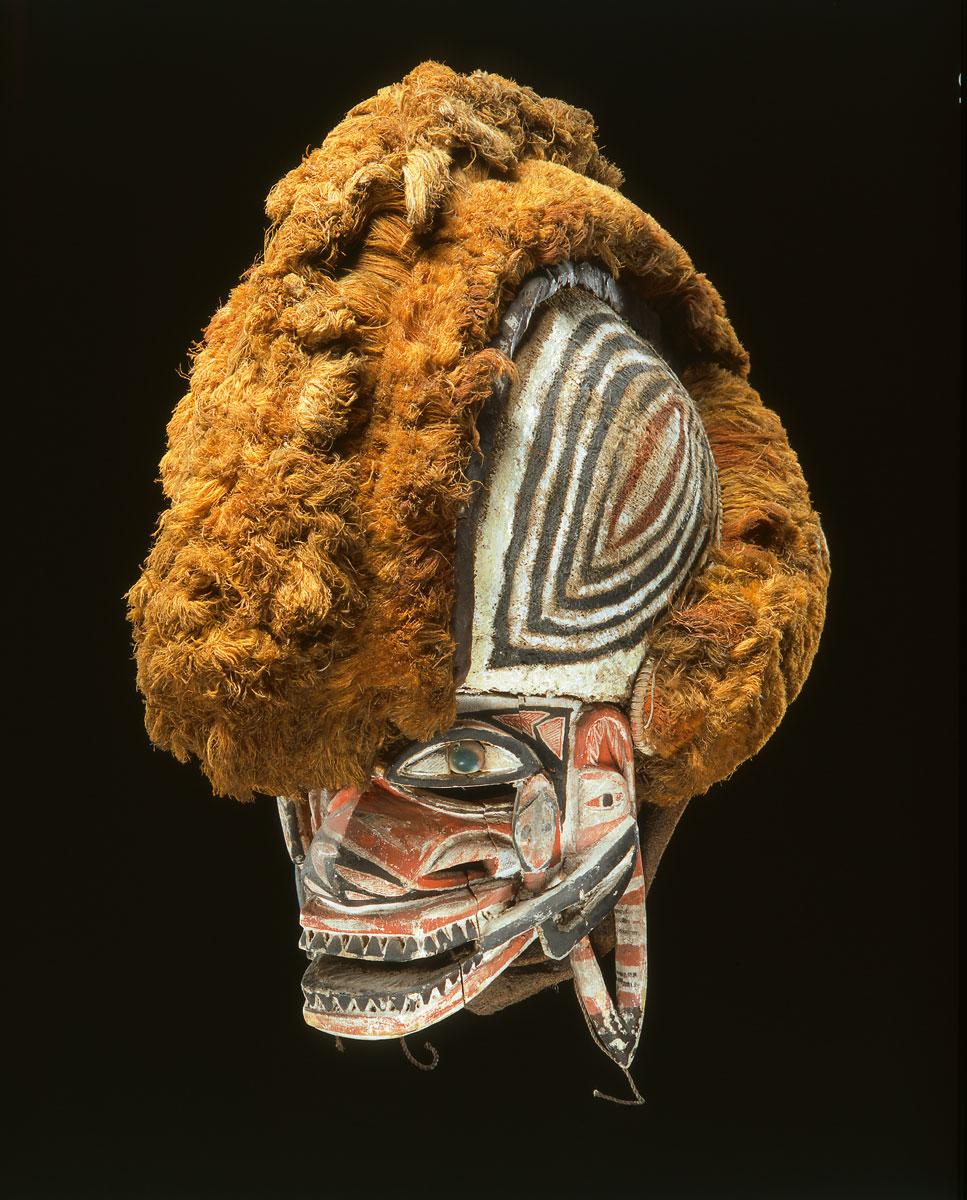 Tatanua-Maske, Nördliches Neuirland, Holz, Turbodeckel, Rotang, Rindenbaststoff, Bananenfasern, Kokosfaser, Perlen, 40×23×40 cm