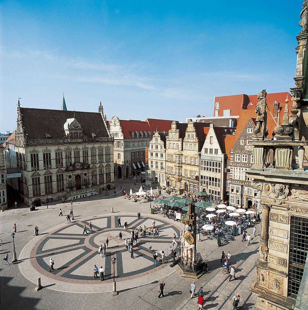 Blick auf den Schütting, das Gebäude der Bremer Kaufmannschaft, und die Westseite des Bremer Marktplatzes mit dem Roland