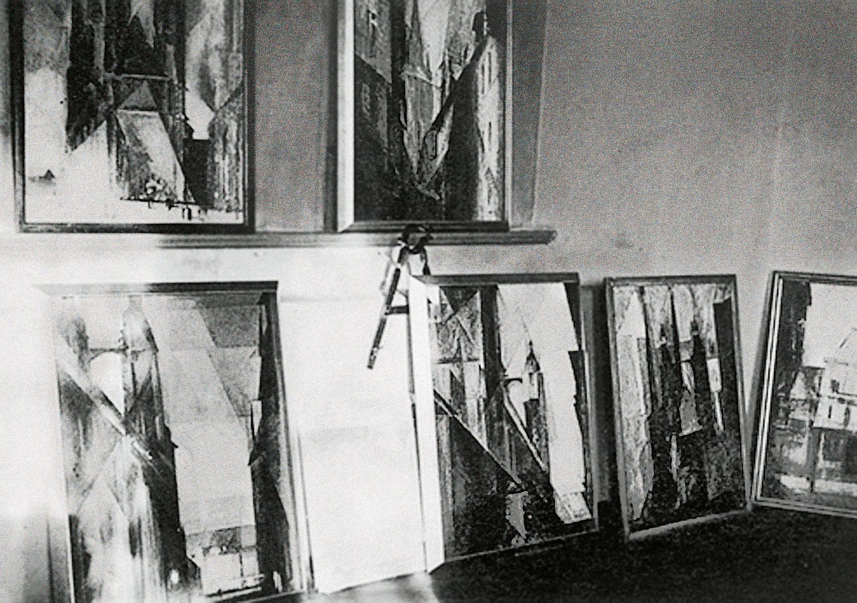 Blick in das Atelier Feiningers im Obergeschoss des Torturmes der Moritzburg mit einigen Halle-Bildern.