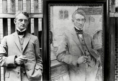 Max Sauerlandt, der erste Direktor des Städtischen Museums Halle in der Moritzburg, neben seinem Porträt von Marie Bernstein, 1912.