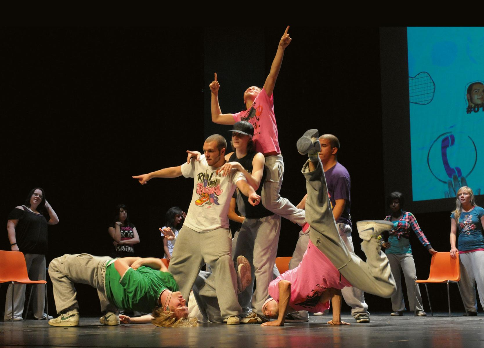 """Eröffnung mit Kunst: Die Tanzproduktion """"Wilde Zeiten"""" aus dem Tanzhaus NRW in Düsseldorf setzte die kreativen Zeichen beim Münchner KINDER ZUM OLYMP!-Kongress 2009"""